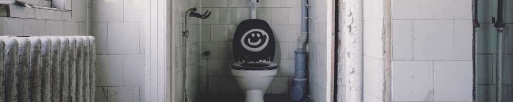Kommt es zu einem Energieausfall funktionieren die meisten Toiletten auch schnell nicht mehr. Deshalb brauchst du eine Not-Toilette. Das kann ein einfacher Mülleimer mit Hobelspänen sein, eine Camping-Toilette oder eine Trockentoilette.