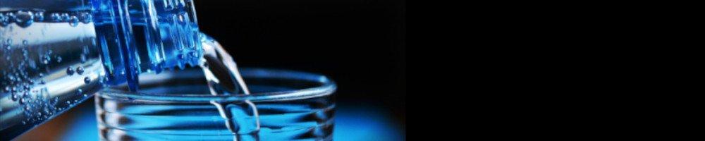 Ohne Trinkwasser kann ein Mensch nicht lange überleben. Deshalb solltest du unbedingt einen Trinkwasservorrat anlegen und eine Möglichkeit haben schmutziges Wasser zu reinigen bzw. aufzubereiten.
