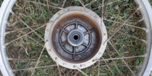 RESTAURATION Schritt 9: Felgen mit robusten Radnaben besorgen, grob reinigen, zentrieren und neue Reifen aufziehen