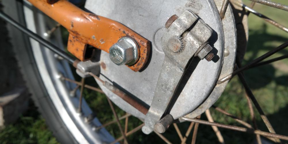 RESTAURATION Schritt 11: Räder, Kette, Bremszüge montieren und einstellen